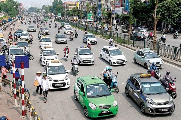 Hiệp hội Taxi phản ánh taxi ngoại tỉnh chạy Grab trong nội thành, Bộ GTVT yêu cầu Grab chấn chỉnh  - Ảnh 1.