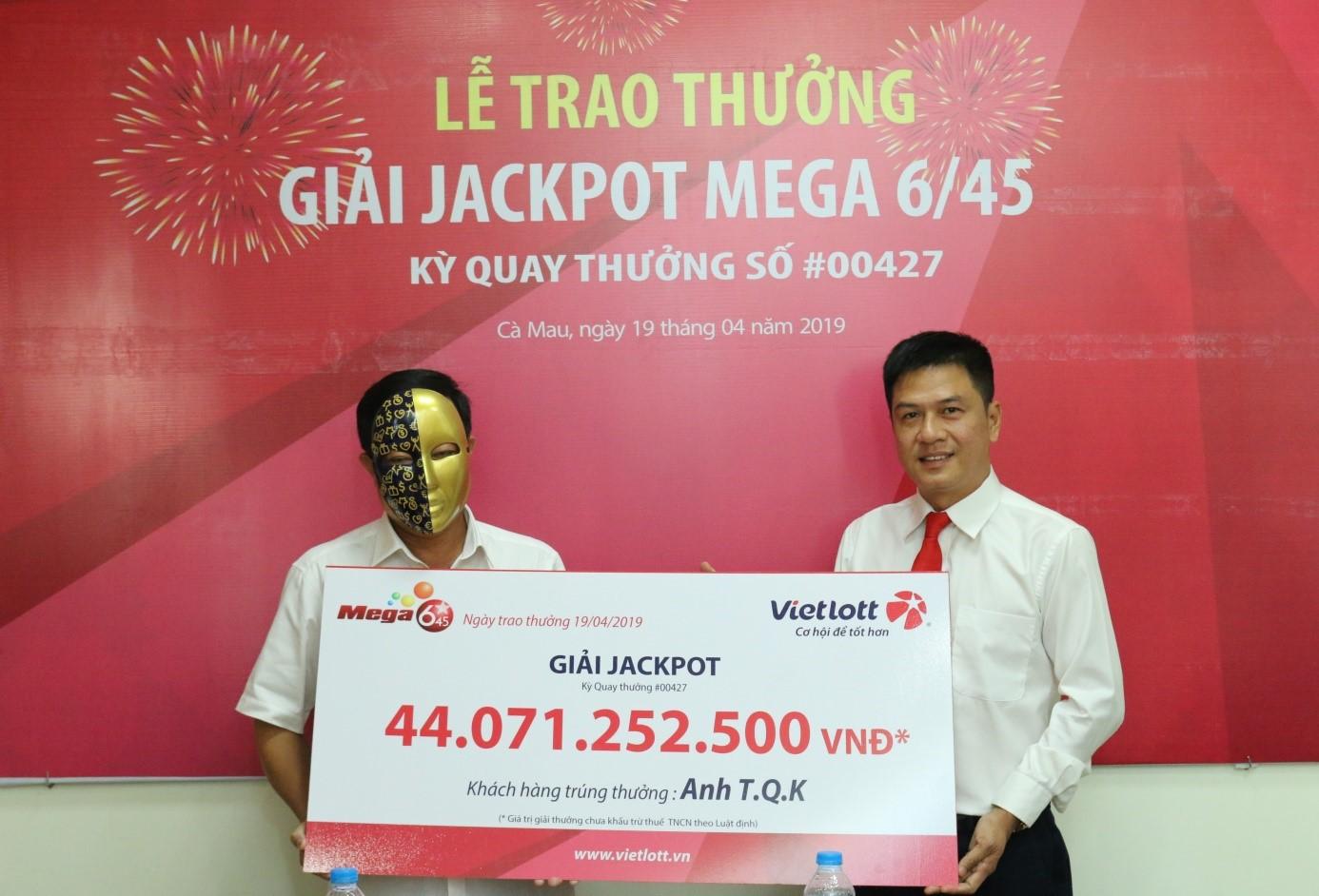 Vietlott trao giải jackpot Mega 6/45 trị giá 44 tỉ đồng - Ảnh 1.