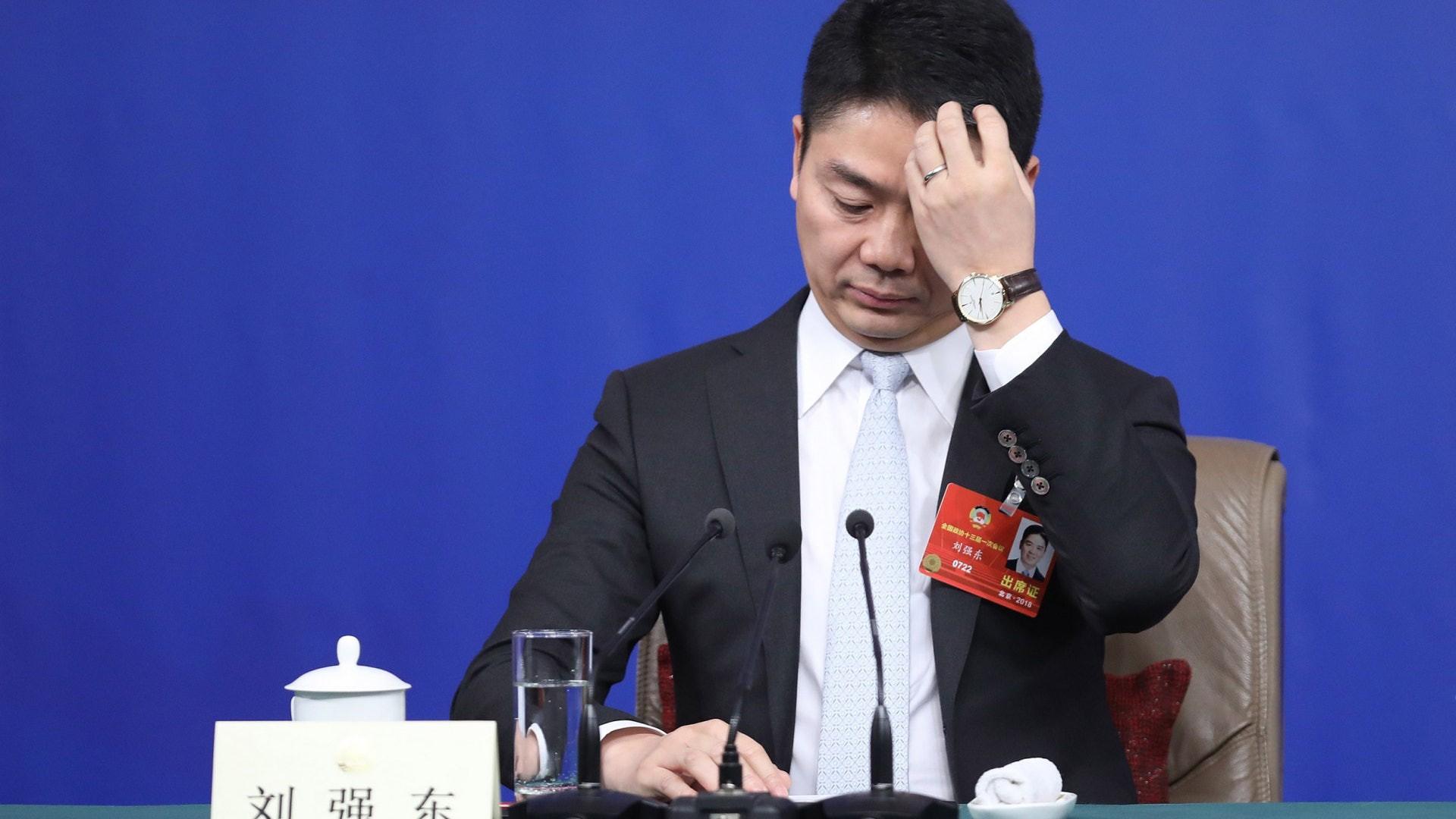 Hàng trăm người ủng hộ nữ sinh viên kiện ông chủ tập đoàn thương mại điện tử lớn thứ hai Trung Quốc hành vi cưỡng dâm - Ảnh 1.