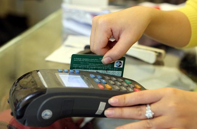 Áp lực chuyển đổi thẻ từ sang thẻ chip - Ảnh 1.
