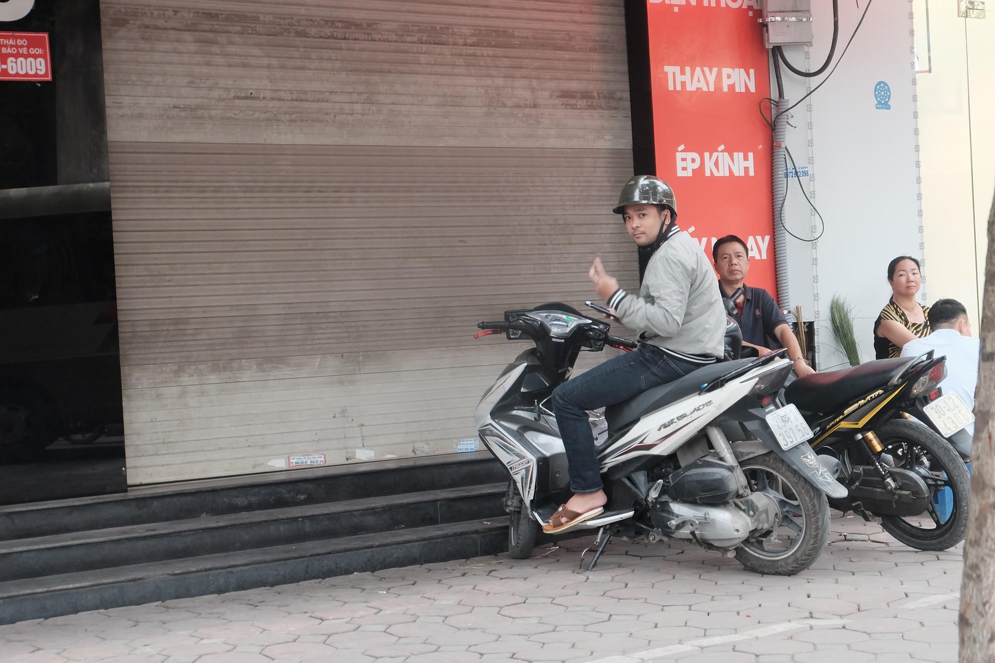 Loạt cửa hàng Nhật Cường Mobile tiếp tục đóng cửa sau khi bị khám xét, khách đến đòi máy trong vô vọng - Ảnh 3.
