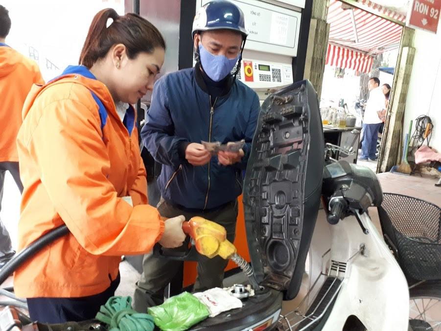 Quỹ bình ổn giá xăng dầu: Người dùng thiệt hơn là được lợi? - Ảnh 1.