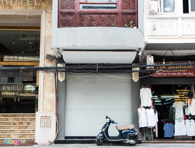 Cửa hàng Khaisilk tháo biển hiệu, lặng lẽ tu sửa bên trong - Ảnh 1.