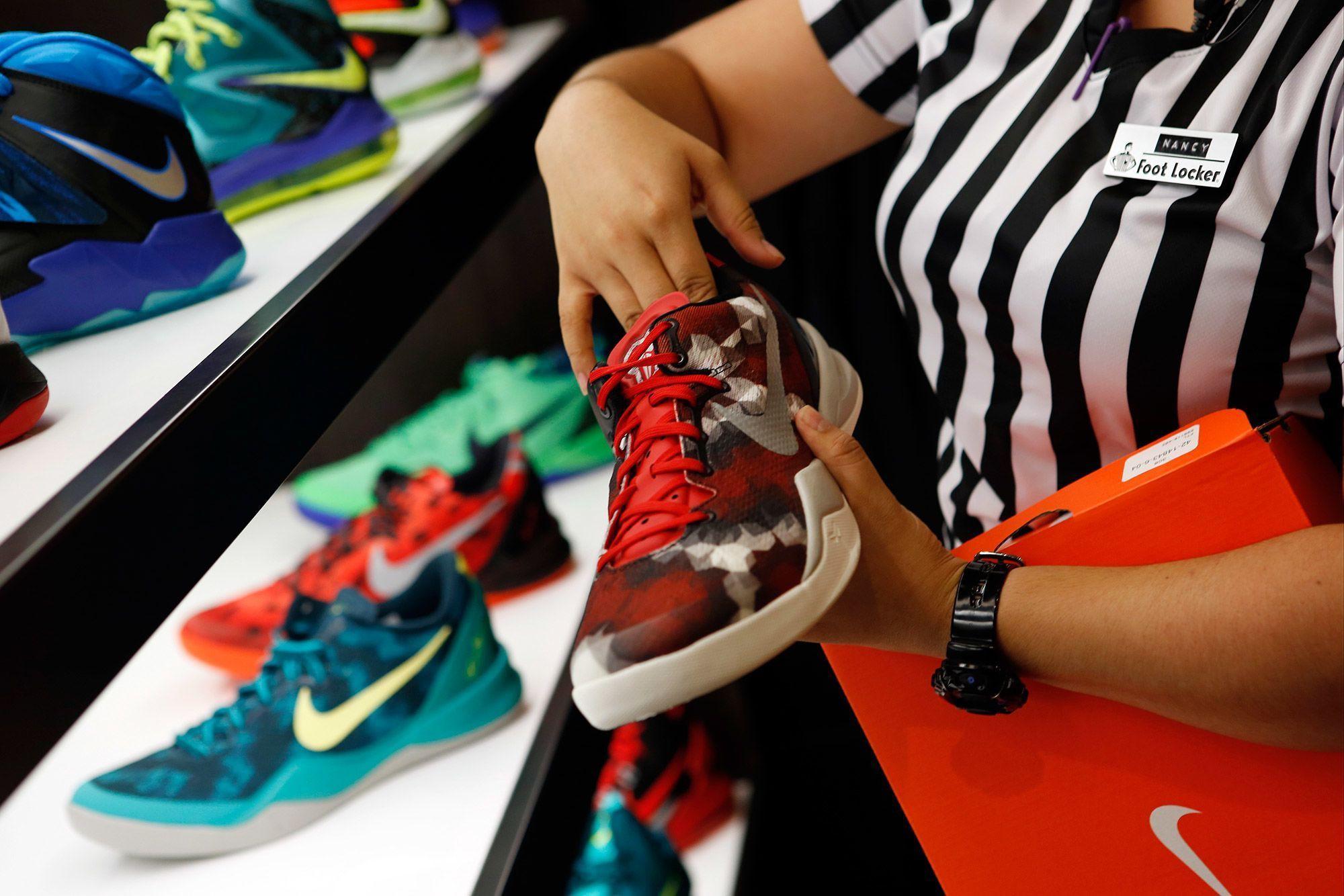 Các nhà bán lẻ giày có thể kinh doanh khó khăn hơn vì cuộc chiến thương mại Mỹ - Trung - Ảnh 1.