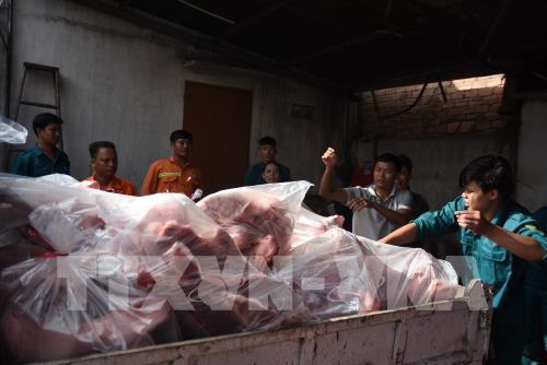Tiêu huỷ 4 tấn thịt lợn nhiễm tả lợn châu Phi giấu trong kho lạnh - Ảnh 1.