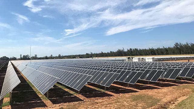 Nhà máy điện mặt trời đầu tiên của Quảng Ngãi đi vào hoạt động - Ảnh 1.