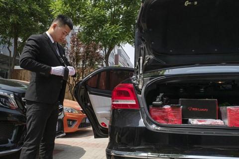 Đặt hàng xa xỉ qua mạng, shipper mặc như bán hàng đa cấp tại Trung Quốc - Ảnh 2.
