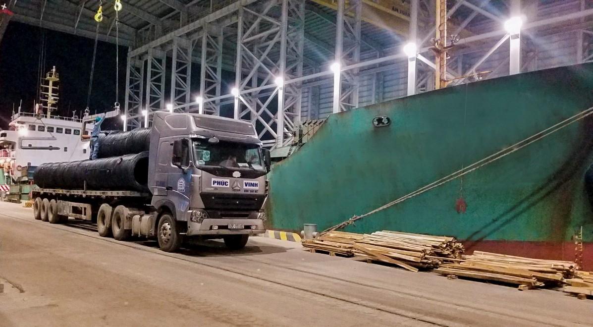 Hòa Phát xuất khẩu 6.000 tấn thép đầu tiên từ Dung Quất đi Nhật Bản - Ảnh 1.