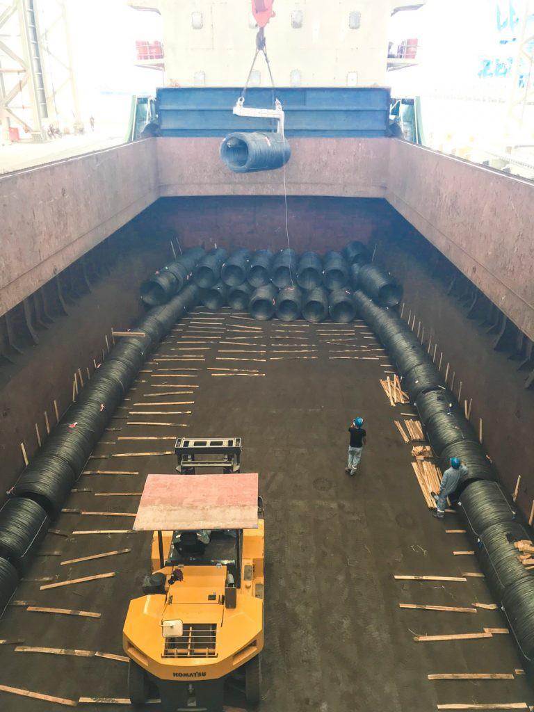 Hòa Phát xuất khẩu 6.000 tấn thép đầu tiên từ Dung Quất đi Nhật Bản - Ảnh 2.