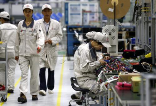 Gần 41% công ty Mỹ tại Trung Quốc cân nhắc chuyển cơ sở sản xuất - Ảnh 1.
