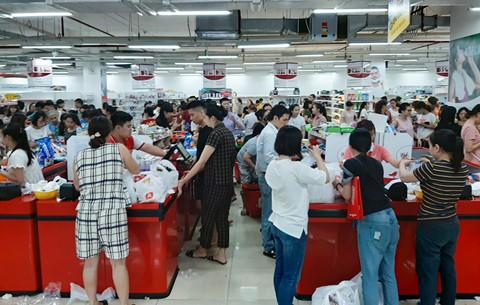 Chen lấn vét hàng giảm giá 50% trước ngày Auchan đóng cửa - Ảnh 1.