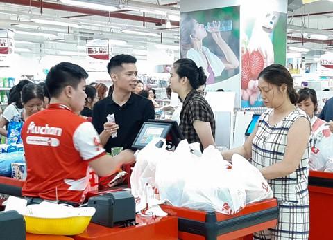 Chen lấn vét hàng giảm giá 50% trước ngày Auchan đóng cửa - Ảnh 2.