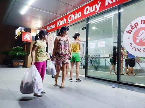 Chen lấn vét hàng giảm giá 50% trước ngày Auchan đóng cửa - Ảnh 3.