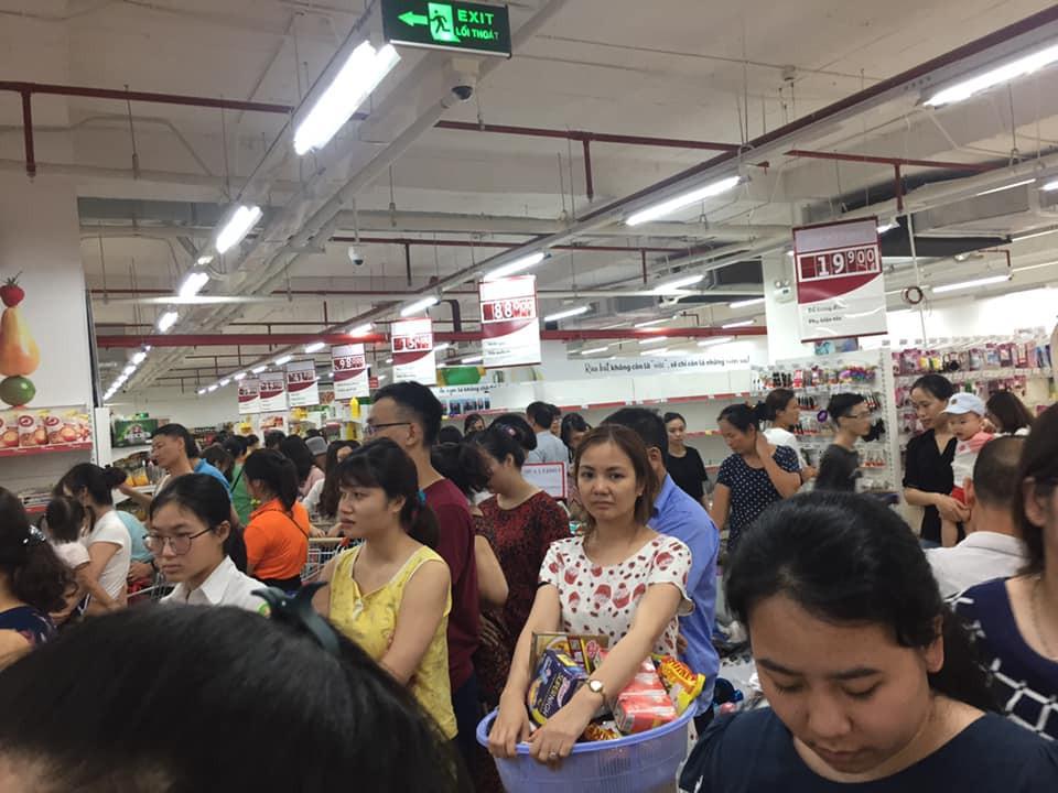 Dư luận bức xúc trước hành vi cắn trái cây, hôi của, móc túi khi săn hàng giảm giá của Auchan - Ảnh 3.