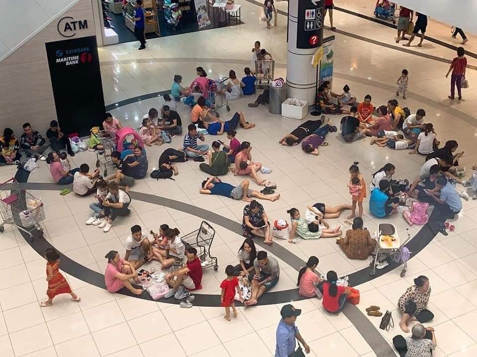 Nắng nóng đã ngớt, nhưng dư luận vẫn chưa dứt lời khen Aeon Mall kê bàn, ghế phục vụ người dân tránh nóng - Ảnh 1.