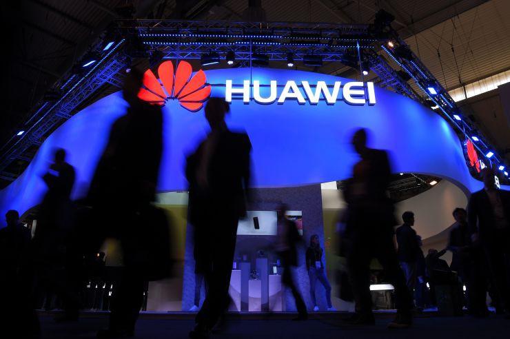Huawei vượt Apple giành vị trí hãng sản xuất smartphone lớn thứ hai thế giới - Ảnh 1.