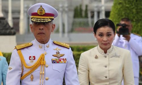 Hành trình từ tiếp viên hàng không tới Hoàng hậu của nữ tướng Thái Lan - Ảnh 1.