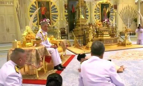 Hành trình từ tiếp viên hàng không tới Hoàng hậu của nữ tướng Thái Lan - Ảnh 2.