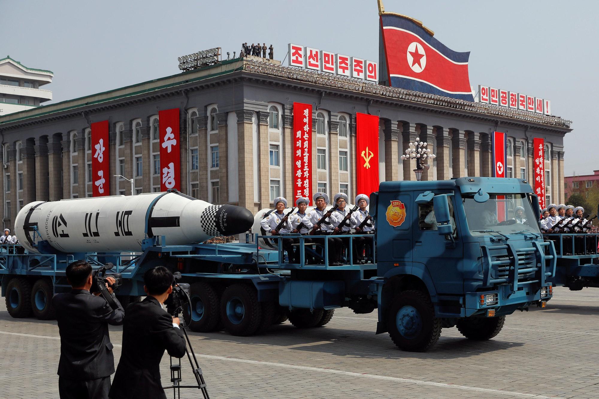 Triều Tiên bất ngờ bắn tên lửa ra biển Nhật Bản - Ảnh 1.