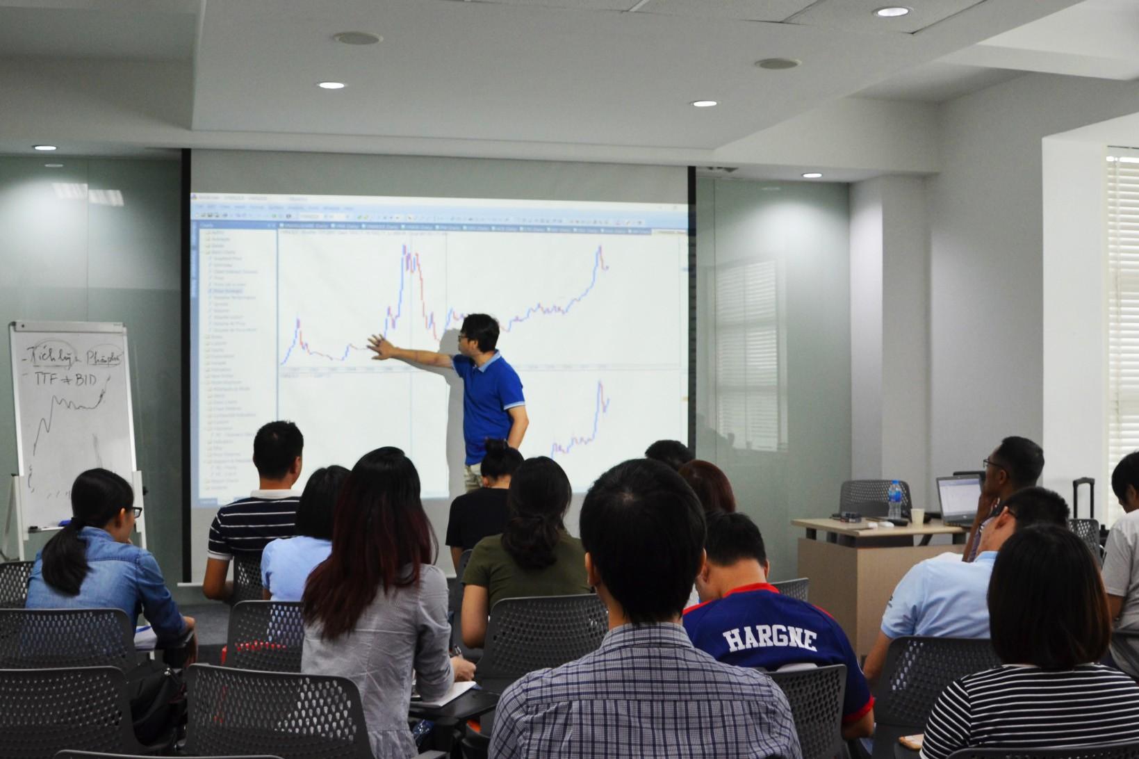 Câu chuyện chuyên gia tư vấn quỹ ngoại trở thành thầy truyền bí kíp cho nhà đầu tư trên TTCK Việt Nam - Ảnh 3.