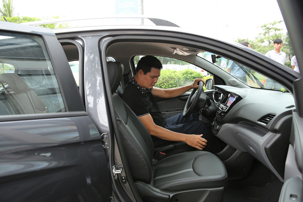 Khách hàng chen nhau lái thử xe VinFast Fadil - Ảnh 3.