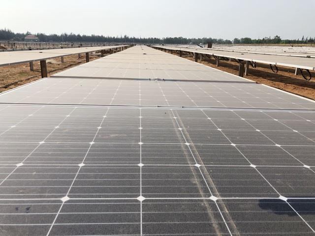Nhà máy điện mặt trời hơn 1.000 tỉ của Quảng Ngãi đi vào hoạt động - Ảnh 1.