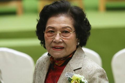 Mất chồng con, nữ tỷ phú 90 tuổi vẫn xưng bá thương trường Hong Kong - Ảnh 1.