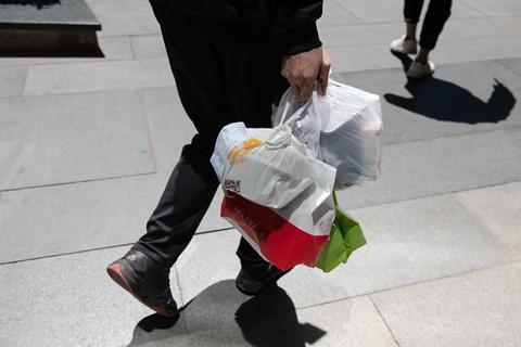 Ứng dụng giao đồ ăn nhấn chìm Trung Quốc trong biển rác thải nhựa - Ảnh 3.