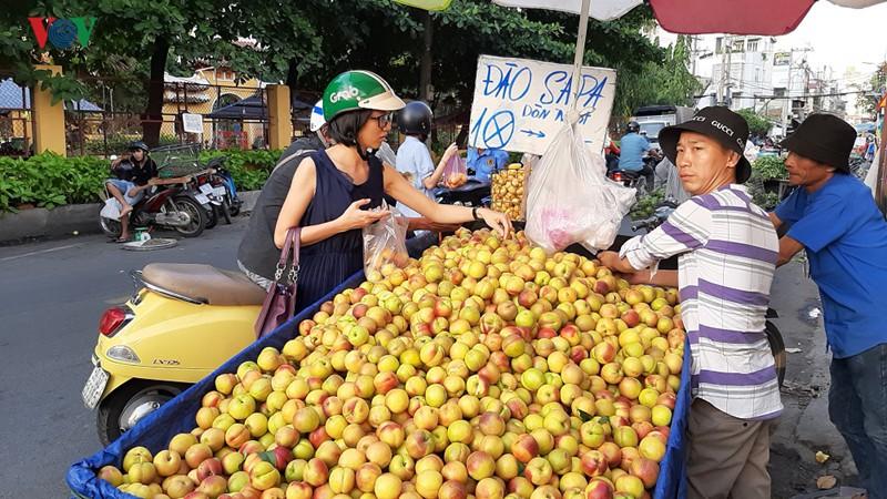 """Trái cây Trung Quốc được """"khoác áo"""" hàng Việt, Úc, Mỹ để bán giá cao - Ảnh 1."""