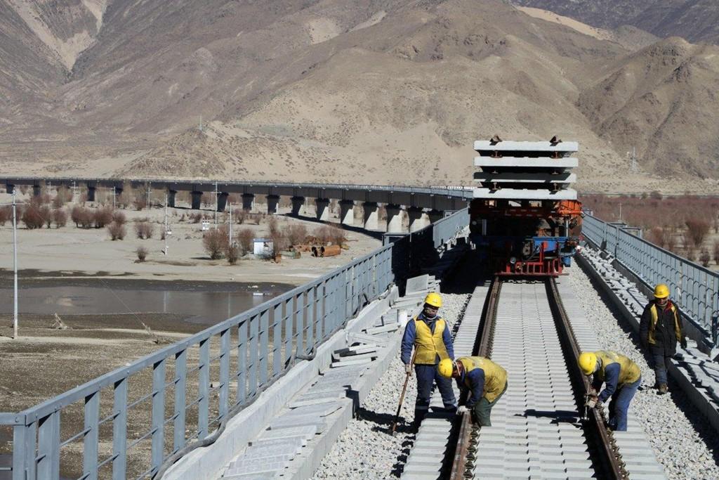Trung Quốc gánh khoản nợ khổng lồ vì đường sắt cao tốc - Ảnh 1.