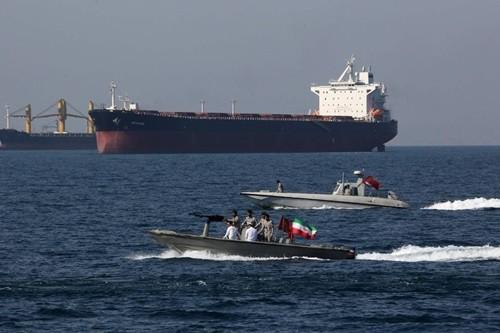 Iran xác nhận bắt tàu dầu nước ngoài cùng 12 thủy thủ - Ảnh 1.