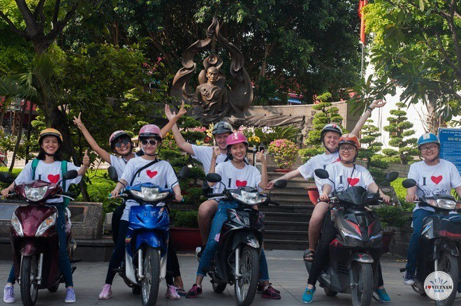 Startup cung cấp tour du lịch bằng xe máy với các nữ tài xế - Ảnh 1.