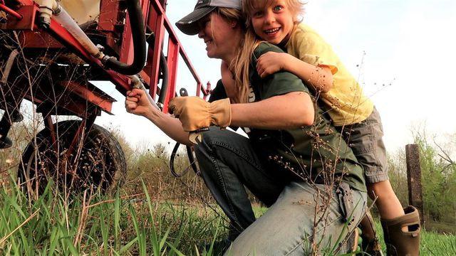 Những người nông dân đang kiếm được nhiều tiền từ Youtube hơn là làm canh tác - Ảnh 1.