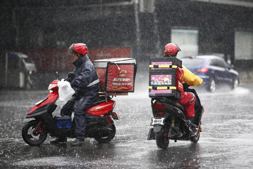 Cuộc sống 'chạy đua với thời gian' của các shipper trẻ ở Trung Quốc - Ảnh 4.
