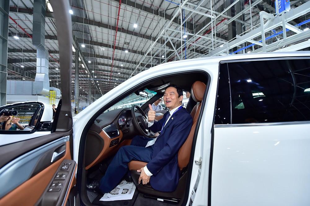 Chủ tịch Xây dựng Hòa Bình Lê Viết Hải là người đầu tiên nhận xe VinFast LUX SA2.0 - Ảnh 1.