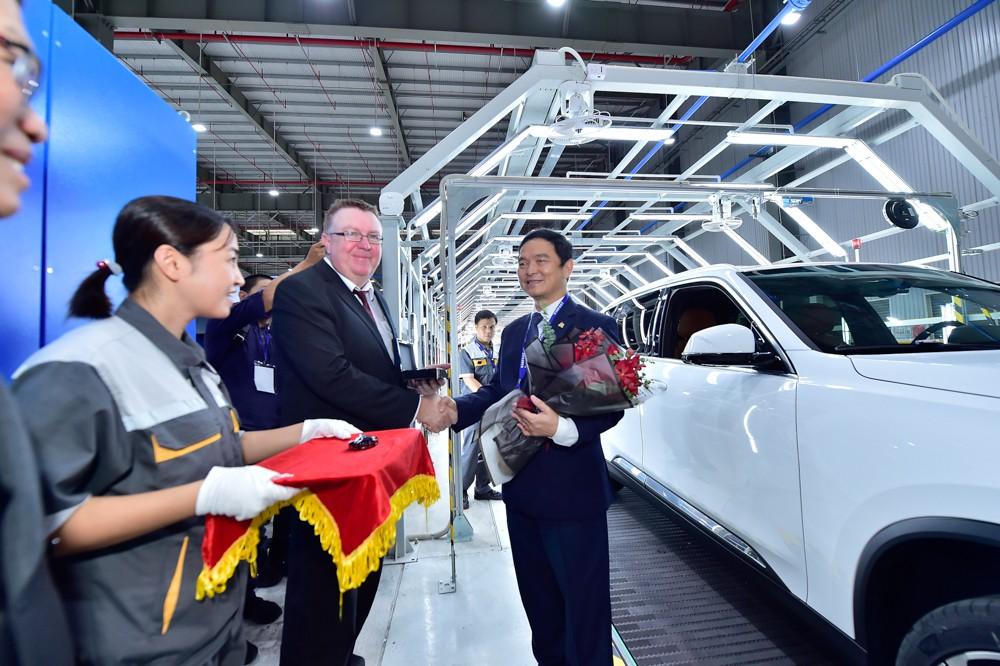 Chủ tịch Xây dựng Hòa Bình Lê Viết Hải là người đầu tiên nhận xe VinFast LUX SA2.0 - Ảnh 2.