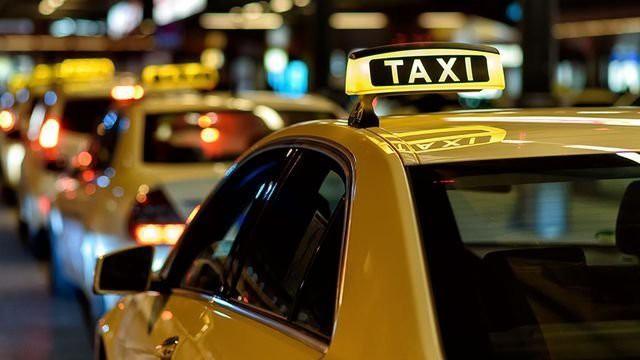Doanh nghiệp taxi truyền thống muốn đối thoại với Thủ tướng về quy định 'đeo mào' cho xe hợp đồng điện tử - Ảnh 1.