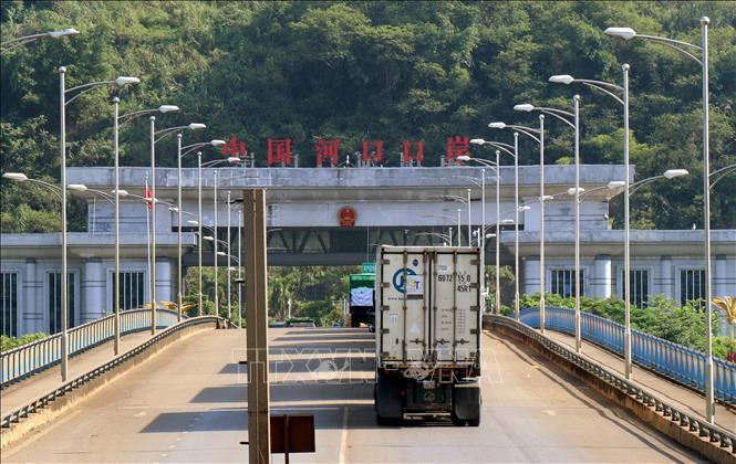 Ừn tắc hàng trăm xe container chở thanh long tại Cửa khẩu Lào Cai - Ảnh 1.