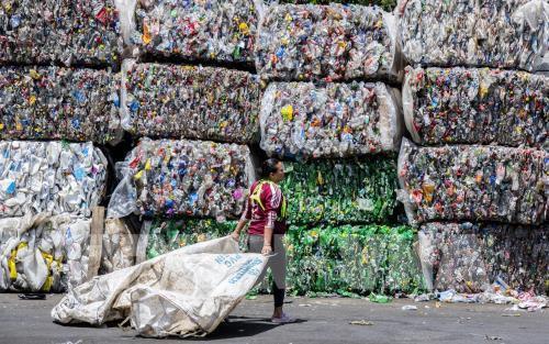 Tập đoàn hóa chất Thái Lan sẽ chi 1,5 tỉ USD vào tái chế chai nhựa - Ảnh 1.