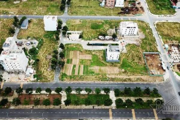 Chuyện lạ ở TP HCM: Nơi giá đất 300 triệu đồng/m2, biệt thự xây dở không người ở - Ảnh 2.
