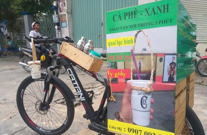 Gác bằng đại học, chàng trai đạp xe bán cà phê thân thiện môi trường - Ảnh 1.