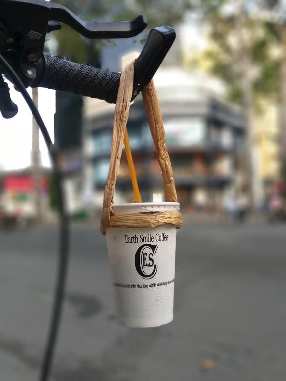 Gác bằng đại học, chàng trai đạp xe bán cà phê thân thiện môi trường - Ảnh 2.