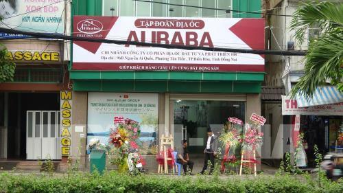 Phạt 15 triệu đồng, buộc tháo dỡ biển hiệu trái phép của CTCP địa ốc Alibaba - Ảnh 1.