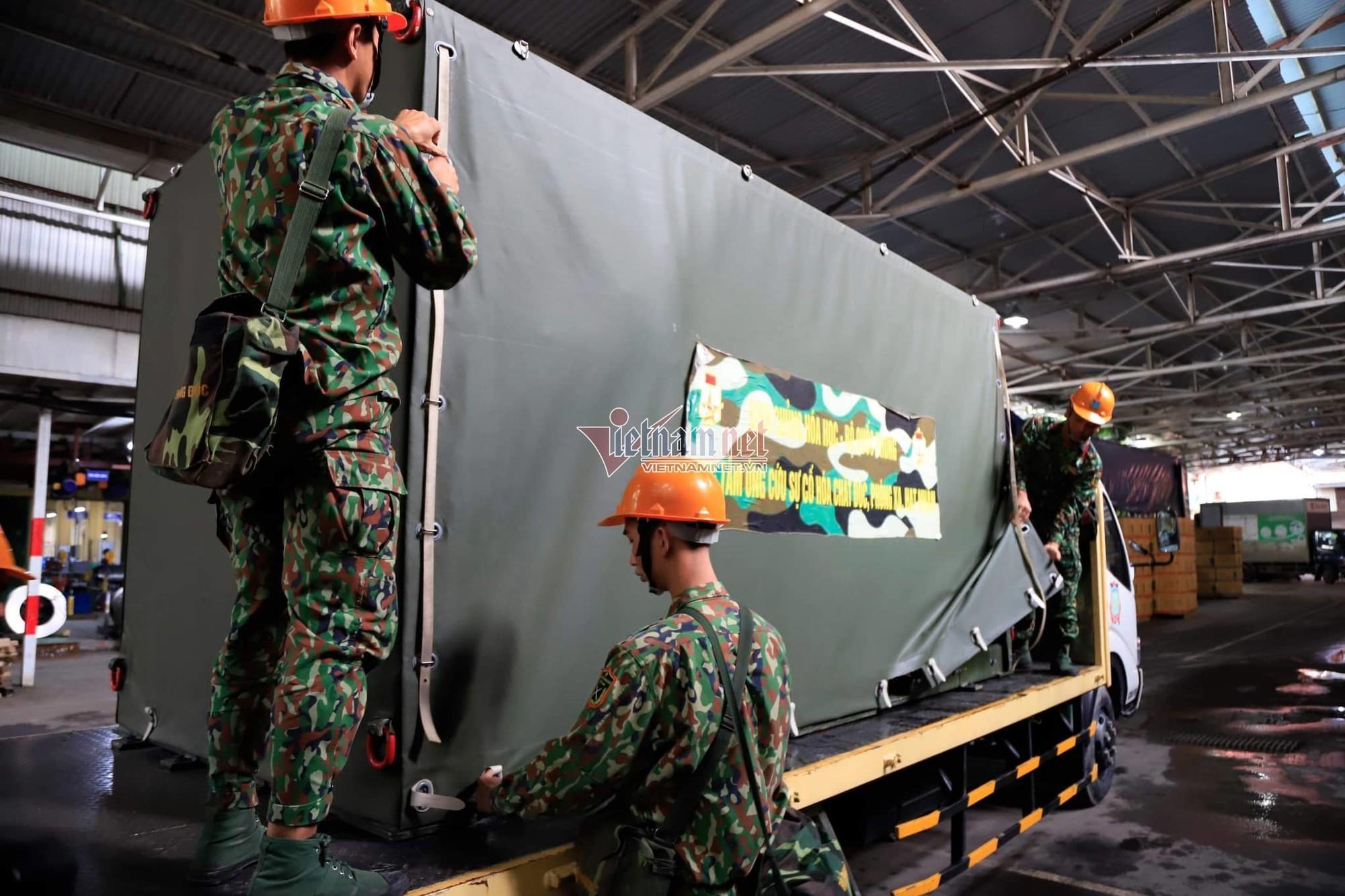 Lực lượng Binh chủng Hóa học đang tẩy độc kho nhà máy Rạng Đông - Ảnh 11.