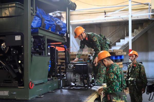 Lực lượng Binh chủng Hóa học đang tẩy độc kho nhà máy Rạng Đông - Ảnh 14.