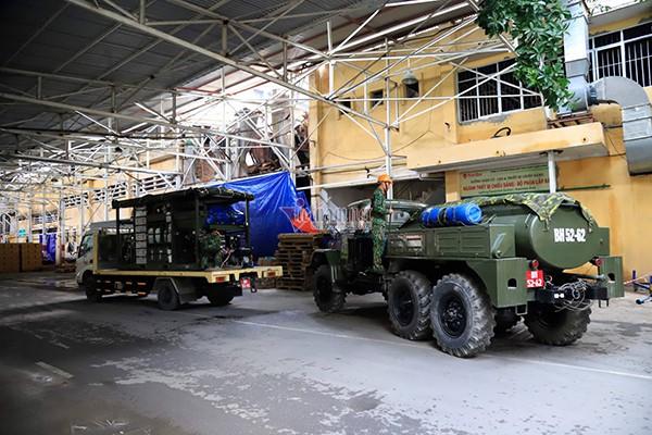 Lực lượng Binh chủng Hóa học đang tẩy độc kho nhà máy Rạng Đông - Ảnh 15.