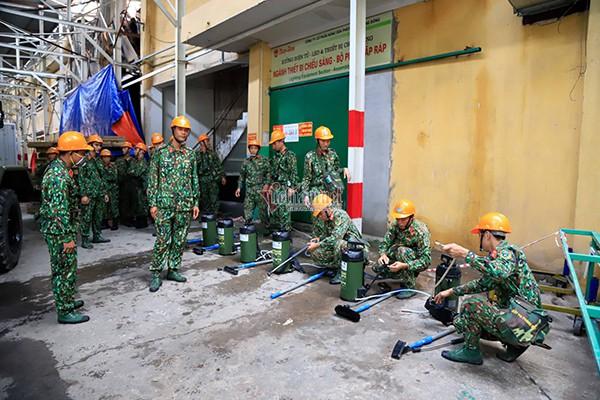 Lực lượng Binh chủng Hóa học đang tẩy độc kho nhà máy Rạng Đông - Ảnh 17.