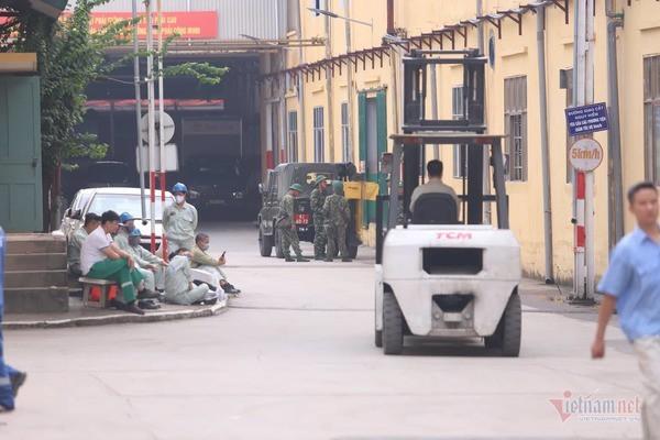 Lực lượng Binh chủng Hóa học đang tẩy độc kho nhà máy Rạng Đông - Ảnh 5.