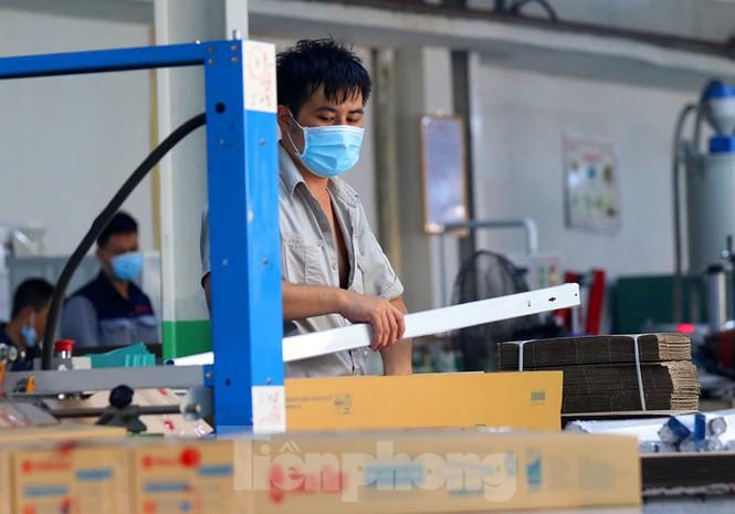 Công nhân vẫn miệt mài làm việc khi nhà xưởng Rạng Đông được bộ đội tẩy độc - Ảnh 3.