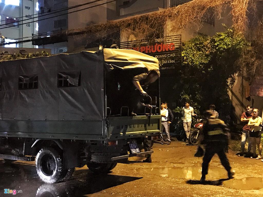 Trăm cảnh sát bồng súng AK, khám xét trụ sở Alibaba xuyên đêm - Ảnh 1.